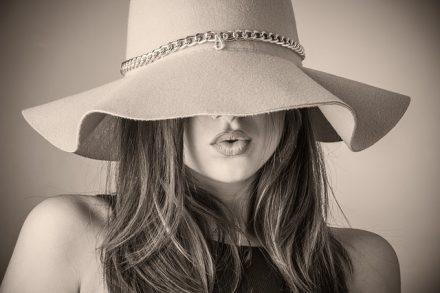 Cappello con veletta: tornano di moda l'eleganza e il riserbo